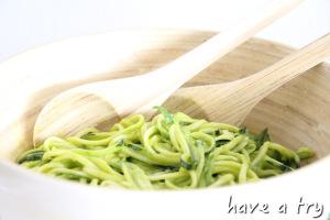 Zucchinipasta mit Mango-Avocado-Korianderdressing (roh-vegan, glutenfrei)