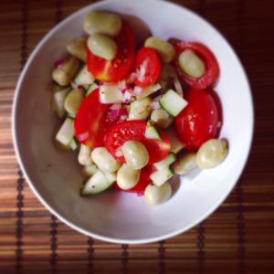 Einfach nur gut und leicht vorzubereiten: Salat aus Bohnen und Tomaten
